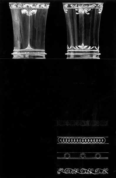Ontwerptekening van 2 naar boven iets verwijdende bekers met aan de onderkant een band in reliëf en langs de rand en boven de band een decoratie. Rechtsonder 4 decoratieve randen.