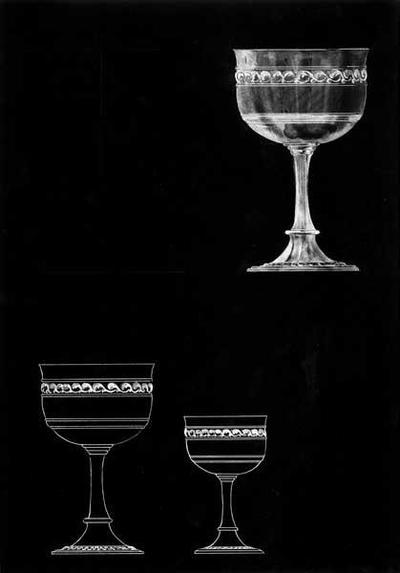 Ontwerptekening van 2 kelken, 1 grote en 1 kleine; brede voet met reliëfrand, hoge schacht; de kelk is gedecoreerd met rechte lijnen en bovenaan een gedecoreerde rand in reliëf tussen 2 strakke lijnen.