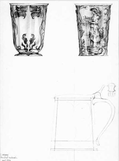 Ontwerptekening in Jugendstil van 2 vazen; links een vaas op platte voet, met ronde, iets uitlopende wand, die is onderverdeeld in vier vakken met 2 bloemen en bladeren. Rechts een vaas zonder voet, aan de onderkant een brede band, die onderaan iets uitloopt. De band is verdeeld in vier vakken, versierd met een snaarinstrument, een kan en een beker. De wand van de vaas is eveneens verdeeld in 4 vakken, omzoomd met ranken. In het vak een vrouw met een schaal met gebraad. Rechts onder een potloodtekening van een taps toelopende pul, voorzien van een groot oor en een deksel met duimrust. Daarnaast een tekening van het vooraanzicht van de duimrust.