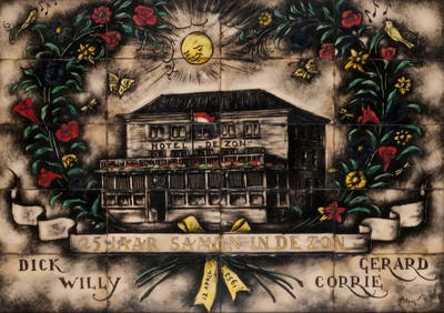 Schilderij, geschilderd op glaspaneeltjes. Afgebeeld is hotel de Zon aan de Varkensmarkt te Tiel, binnen een krans van bloemen, links en rechts twee vogels en twee vlinders; boven het hotel een stralende zon. De krans is onder met een glel strik samengebonden. Onder de krans een lint met de tekst: 25 jaar samen in de zon. Dááronder Dick, Willy, Gerard en Corrie. Het schilderij zit in een houten lijst.