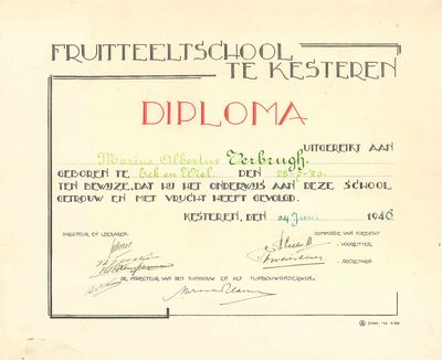 Diploma van de Fruitteeltschool te Kesteren uitgereikt aan Marius Albertus Verbrugh, als bewijs, dat hij het onderwijs aan deze school getrouw en met vrucht heeft gevolgd.