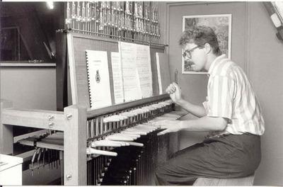 Beiaardier Boudewijn Zwart bespeelt het carillon in de Oude Kerk te Ede.