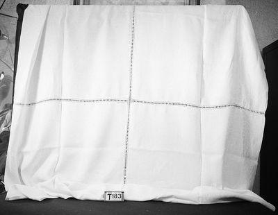 Wit damast, waarschijnlijk samengesteld uit 4 servetten