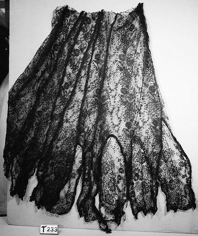 Zwart, tule met bloem- en bladpatronen.