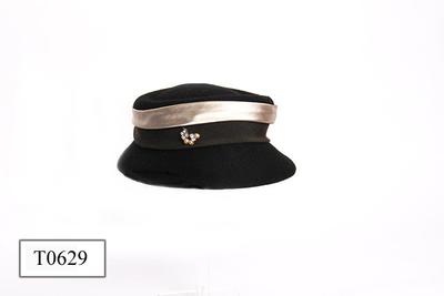 Zwart vilten hoed, platte bol met verlaagd bovenste deel.