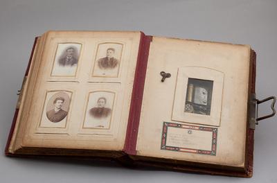 Fotoalbum voorzien van cilinderspeelwerk. Datering 1920. Ook de foto's zijn interessant. Afkomstig uit Arnhem. In de oorlog verdwenen (gestolen).