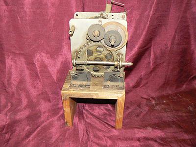 Loopwerk voor grammofoon, staat op houten onderstel. Datering 1920.