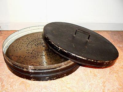 Ronde platendoos met deksel, in de doos zitten platen van de Kalliope. Datering 1900.