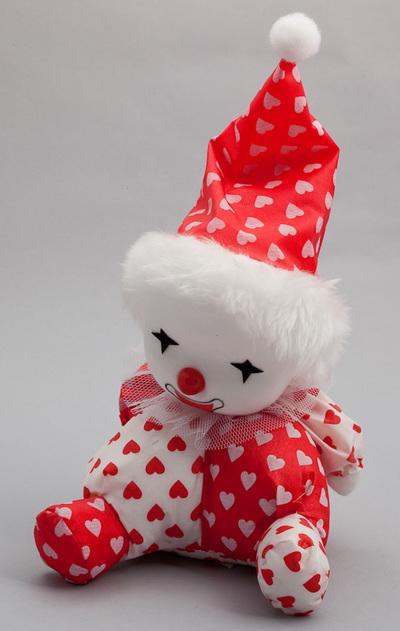 Pop (clown) met speelwerk, pop gekleed in rood/wit pak en puntmuts. Chinese makelij, datering 1980.