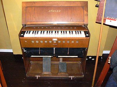Orgel dat werd gebruikt op school als begeleiding bij het zingen van psalmverzen. Deze orgels in een kist waren gemaakt om van klas naar klas meegenomen te kunnen worden. Datering ongeveer 1950. 29 Witte toetsen, 20 zwarten, Rechts diapason 8 toets links Prinzipal 4 toets. Vervaardiger Kohler.