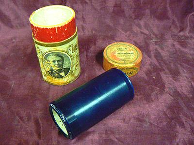 Wasrol voor de grammofoon merk 'Edison', melodie 'Hindustan Foxtrot', gespeeld door 'The Allstar trio'. Het geheel in rode koker met deksel. Datering 1925.