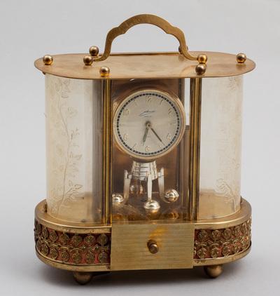 Koperen klok voorzien van bijouterielade, voorzien van cilinderspeelwerk, melodie 'Wiegenlied van Brahms'. Vervaardiger WuA Schmid-Schlen Duitsland, datering 1935.