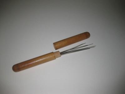 Kleur: bruin. Houten ronde breinaaldenkoker zonder versiering. Met naalden in diverse maten.