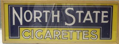 Lichtreclamebak voor North State Cigarettes, witte letters op een blauw/gele achtergrond. De bak is van goudkleurig