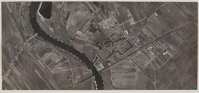 Luchtfoto van Culemborg. Links de rivier de Lek. Bij de Lek is de steenoven te zien. De Vier Dreven; Plantage; Achter de Poort; Achter Het Zand; Bloemenbuurt;houtzagerij Verwoerd