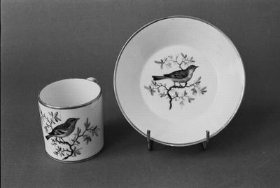 Kop en schotel. Amstel-porselein, waarschijnlijk uit de Dommer-periode: 1800 tot ca. 1814. Hoort bij twee andere koppen en schotels zonder nummer (T 00105 en T 00106). Het decor is verwant aan het servies GM 10427 (1-53).