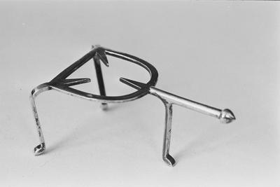 Zilveren treeftje in miniatuur. Het treeftje is hoefijzervormig met drie puntige dragers, drie poten en een rechte steel met uivormige knop.