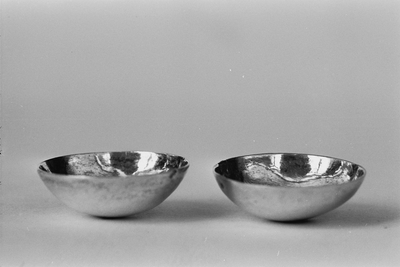 Twee zilveren kommetjes in miniatuur. Diep gewelfd van vorm.