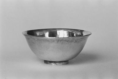 Zilveren kommetje in miniatuur. Half bolvormig met cilindrische standring en buitenwaarts gebogen monding.