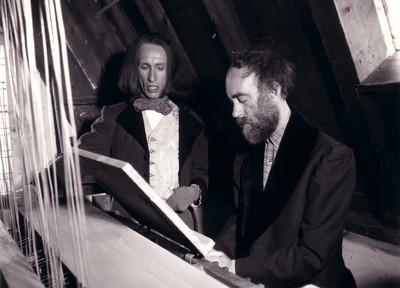 Luc Bral als Frans Liszt met Ru Stolk als beiaardier leenhoff (alleen zijn handen zijn gefilmd) op het oefenklavier van Parren op de zolder van het museum.