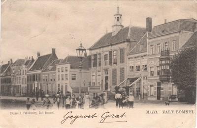Op de hoek aan de Gamersestraat woonden de dames Blomhert met als buurman ( De dames Blomhert woonden daar op Gamersestraat 2. Eén van hun was mej. H.C. Blomhert, de laatste levende Blomhert in Zaltbommel(na een periode vanaf 1692) en op 18 oktober 1944 in Neerijnen overleed.) , in het huis met de lege gevelnis David Versteeg, tot de beiaardier H.Parren dirigent van Euterpe het betrok. In het huis daarnaast heeft als kind de musicus Peter van Anrooy gewoond. Het op de foto wit omrande raam rechts was toen een deur naar de apotheek van zijn vader. Toen de steenfabrikant van der Elst er woonde had hij achter zijn kantoor. In Bommel was hij de eerste die een auto met chaffeur had (Chris van Erp) die de Adles bestuurde. Kaart verzonden aan W van Lookeren Campagne p/a Mevr van Anrooij kurhaus Zandvoort.