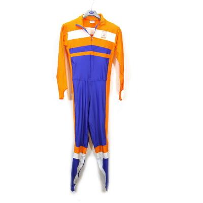 Een schaatspak van de Olympische Winterspelen 2002 Salt Lake City. De schouders en de mouwen van het pak zijn oranje. Het lichaam is blauw met aan de zijkant een oranje streep. Op de linkerborst staat een oranje rechthoek met bovenaan de blauwe inscriptie 'SALT LAKE 2002'. Daaronder staan de gekleurde Olympische Ringen met de inscriptie 'NOC*NSF / OLYMPIC TEAM / THE NETHERLANDS'.