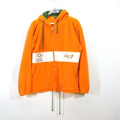 Een oranje vest van fleece met capuchon die groen gevoerd is. Op het midden zit een witte band met aan de linker zijde het logo van het Holland Heineken House van de Olympische Winterspelen 2002 Salt Lake. Op de rechterzijde staat het logo van NOC*NSF. Op de achterzijde staan in de witte band de sponsors 'BEN', 'LOTTO.', 'DSM', 'ERNST &YOUNG', 'ENECO / energie', 'RANDSTAD' en Volkswagen.