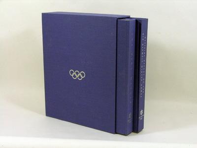 Officieel rapport Olympische Winterspelen 2002 Salt Lake 2 delen in cassette. Het Officieel Rapport van de XIXe Olympische Winterspelen van Salt Lake 2002. 2 Banden (2 boeken + 1 CD met hoogtepunten). In het Engels. 932 pagina's, 36x30cm, linnen kaft in blauw, ca. 750 zw/w en kleurenfoto's, Salt Lake 1998.