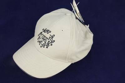 Grijze pet met daarop geborduurd in het blauw het logo van de Olympische Zomerspelen 2004 Athene.