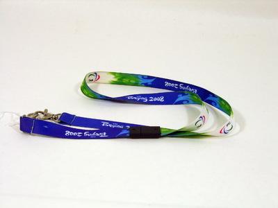 Sleutelkoord van het Paralympische team van de Zomerspelen Beijing 2008. Vermoedelijk gebruikt voor identificatiekaart (twee haken). Opschriften: Beijing 2008 / IPC. IPC staat voor International Paralympic Committee.