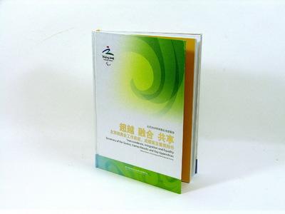 Officieel Rapport Paralympische Zomerspelen 2008 Beijing. Het rapport bestaat uit 281 pagina's met een harde kaft. Dubbel exemplaar zonder cassette.