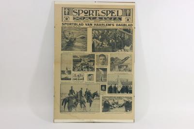 Een ingelijste voorpagina van 'Sportblad van Haarlem's Dagblad' van maandag 13 augustus. Bovenaan staat de titel 'SPORT & SPEL / SPORTBLAD VAN HAARLEM'S DAGBLAD / Maandag 13 Augustus 1928 No. 13848 Onder leiding van P.W. PEEREBOOM Verschijnt Wekelijks'. Op de voorpagina staan 13 zwart/wit foto's van Nederlandse deelnemers van de Olympische Spelen 1928. Zo staat links boven een foto van zwemster Zus Braun en links onder de Nederlandse ruiterequipe.