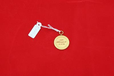 Een goudkleurige medaille met op de voorzijde de inscriptie 'AD / Z'. Op de achterzijde staat de inscriptie '1epr. / Schoonspr. D. / 10.11.'39'.