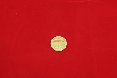 Een goudkleurige medaille met in het midden een vlag met daarop de letter 'Y'. In de achtergrond is een reddingsboei te zien met daarop de inscriptie 'ZWEMVERENIGING / HET Y'. Op de achterzijde staat de inscriptie '1 PR. / SCHOONSPR. D./ 27/28 NOV. 1943'. Onder de inscriptie is het stadswapen van Amsterdam te zien.