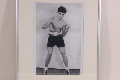 Een zwart-wit foto van Leen Jansen. Leen Jansen was een bokser die deelnam aan de Olympische Zomerspelen 1952 Helsinki.
