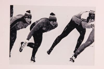Een ingelijste zwart/wit foto van Haitske Pijlman en Ria Visser aan het trainen in de sneeuw op de Olympische Winterspelen 1980 Lake Placid.