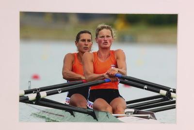 Een kleurenfoto van twee roeiende dames; Pieta van Dishoeck en Eeke van Nes. Op de Olympische Spelen van 2000 in Sydney maakte Pieta op 28-jarige leeftijd haar olympische debuut bij het roeien. Ze kwam uit op de dubbel-twee en de acht met stuurman. Samen met Eeke van Nes veroverde ze een zilveren medaille in de dubbeltwee (tijd 7.00,36).