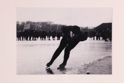 Zwart/wit foto van een lange baan schaatser.