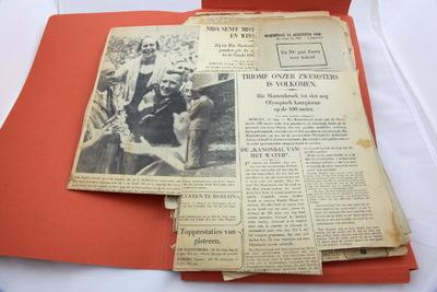 Een map met krantenknipsels van de Olympische Spelen 1936 Berlijn, voornamelijk over zwemmen. Het eerste artikel kent de titel 'TRIOMF ONZER ZWEMSTERS / IS VOLKOMEN / Rie Masterbroek tot slot nog / Olympische kampioene / op de 400 meter.'.
