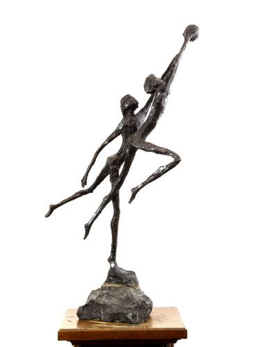 Bronzen beeld van twee handballende figuren getiteld 'Balspelers' van Jits Bakker, ca. 1985. Jits Bakker is de maker van onder meer de Jaap Edentrofee (1972), de sculptuur van de internationale Hockey Champions Trophy, het beeld De Junior - voor het sporttalent van het jaar - en het beeldje dat bestemd is voor de winnaars van de Tom Sebastiaan Gans Prijs.