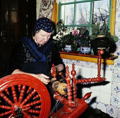 Niesje Compagner aan het spinnen, Staphorst, 1964-1965