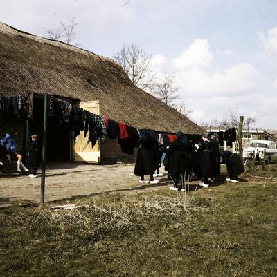 Kledingveiling in Staphorst, 1964-1965