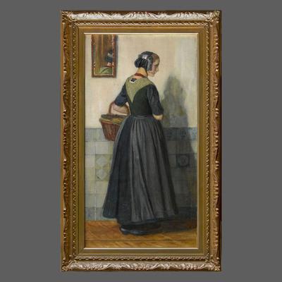 Nicolaas van der Waay (1855-1936) heeft hier een Noord-Veluwse vrouw afgebeeld in de kleding die zij draagt als zij naar de markt gaat. De hemdrok wordt bedekt door een kraplap. Alleen de mouwen van de hemdrok zijn zichtbaar. Die zijn daarom vaak van een duurdere stof gemaakt dan het lijfje. De kraplap is van sober gekleurde thibet, een mooie wollen stof. Aan de achterkant is de halsuitsnijding versierd met een stukje geborduurd galon. Bij deze opknapkleding wordt onder de gekleurde doek een licht gesteven witte kostuums onderdoek gedragen. De vrouw draagt in plaats van het oude Veluwse oorijzer het brede Kamper oorijzer over een zwart kapje. Dit was destijds een nieuwigheid, overgenomen uit de Kamper dracht. Het oorijzer wordt met een bandje op zijn plaats gehouden. Het heeft in dit geval, zonder bovenmuts, geen functie, maar wordt als sieraad gedragen.