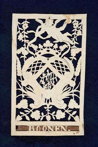 Dit knipsel stelt een wapen en een kroon die worden omgeven door bloemranken voor. Erboven zweeft een engel. Onderin staat de naam 'BOONEN'.