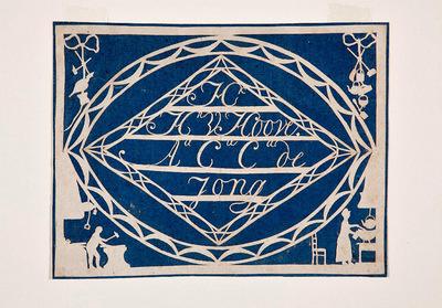 Dit huwelijksknipsel is gemaakt voor H.H.V. Hoove en A.C.C. de Jong. Hun namen staan in een ruit binnen een puntovaal. In de hoeken binnen de rechthoek staan voorstellingen die de werkzaamheden van het echtpaar als smid en huisvrouw verbeelden.