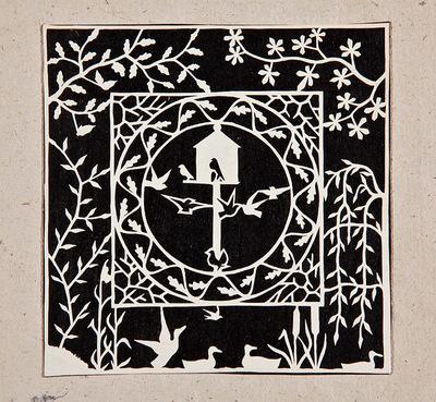 Dit knipsel toont een duiventil in een cirkel, binnen een vierkant met bladranken. Dit vierkant wordt omgeven door een rand met een waterlandschapje en boomtakken met bladeren.