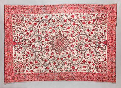 De in Friesland gebruikte deken is gemaakt van sits afkomstig van de Coromandelkust in India. De deken is met groene zijde gevoerd, heeft een tussenvulling van wol en is met zijden garen doorgestikt. Op het middenveld staan een medaillon, hoekornamenten en een vlakvulling met bloemenranken, veren en vogels afgebeeld. Rondom heeft deze deken een rand met grotesken op een roodachtig fond. Aan de achterzijde is het doorgestikte patroon duidelijk zichtbaar: een rozet in het midden, harten in de hoeken en verder bloemmotieven en druiventrossen. Daaromheen staat een bloemenrand.