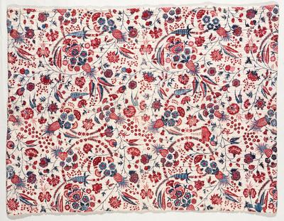 Het in Hindeloopen gebruikte dekentje is gemaakt van Indiase sits. Het dekentje is met witte zijde gevoerd en heeft een tussenvulling van katoenpluksel. Het doorgestikte patroon, te zien aan de achterzijde, heeft een bloempatroon met rozetten en sterren in het midden, met daaromheen een bloemenrand.