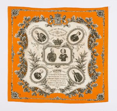 Het doek is gemaakt ter gelegenheid van het vijfentwintigjarig regeringsjubileum van koning Willem III (1817–1890) in 1874. Het doek heeft als opschrift: 'Hulde aan den Koning, het Huis van Oranje, 1849-1874'. Op het doek staan afbeeldingen van Z.K.H. Prins van Oranje, Z.K.H. Prins Alexander, Z.K.H. Prins Hendrik, Z.K.H. Prins Frederik, H.H.M.M. Koning en Koningin der Nederlanden. Daarbij staat de tekst: 'De Koning leev! De Koning leev, de Koning leev, Zoo klinken stem en snaren Dat God hem vreugd'en voorspoed geev, En menig tiental jaren Gezegend zy geen vorst als hij Dat zingen en dat bidden wy'.