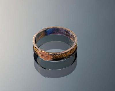 Zilveren ring met haarlok en gouden plaatje, Marken